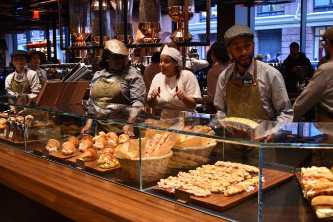 吧台陳列著各式各樣的現烤麵包。(記者顏嘉瑩/攝影)