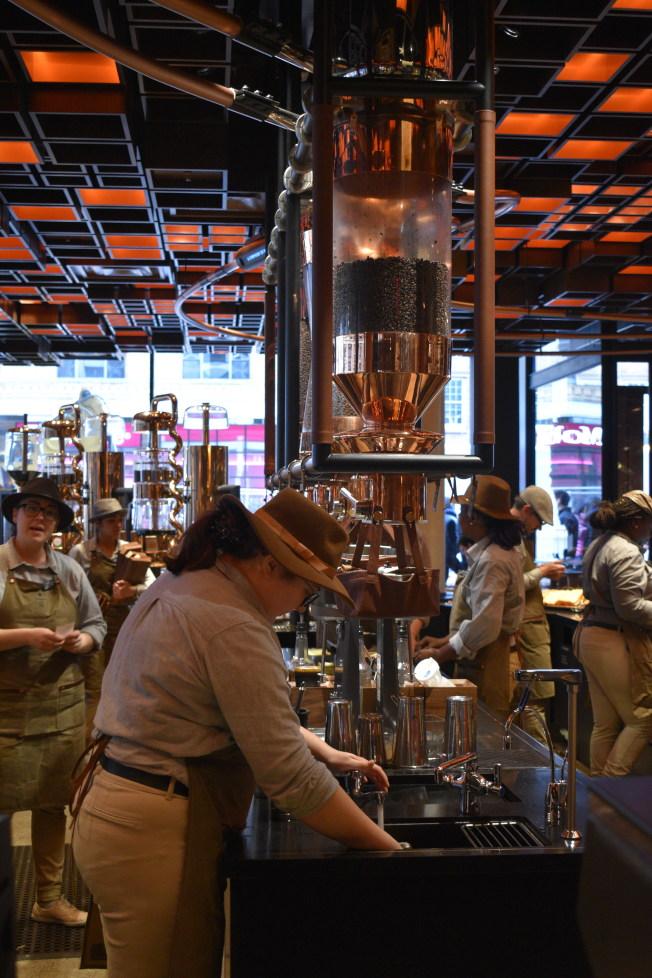 「咖啡大師」在吧台沖咖啡。。(記者顏嘉瑩/攝影)