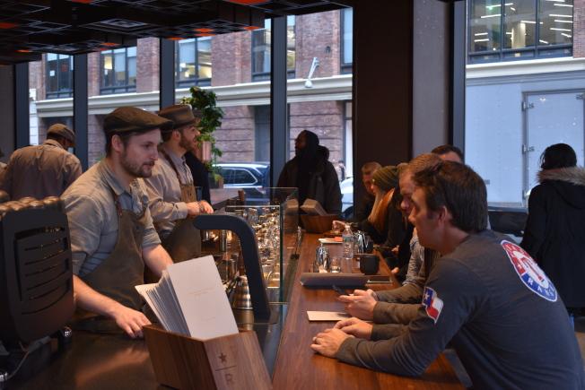 顧客可坐在吧台與咖啡師互動。(記者顏嘉瑩/攝影)