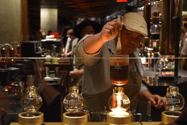 「咖啡大師」在吧台沖咖啡。(記者顏嘉瑩/攝影)