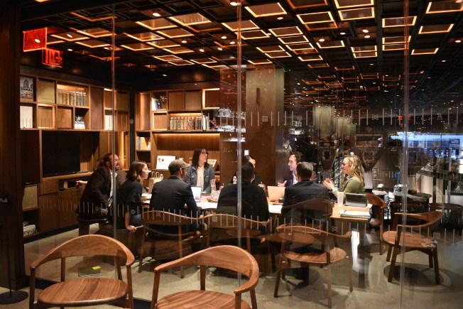 為了方便客戶開會,店內也規畫獨立的會議室。(記者顏嘉瑩/攝影)