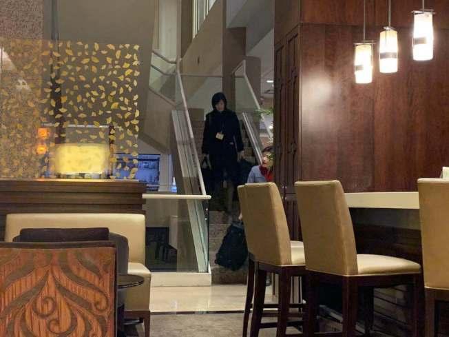 多位空服員從14 樓搬著行李下樓退房。記者賴蕙榆/ 攝影