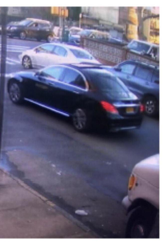 四名嫌犯二度犯案後,乘搭一輛深色的Mercedes車子逃逸。(警方提供)