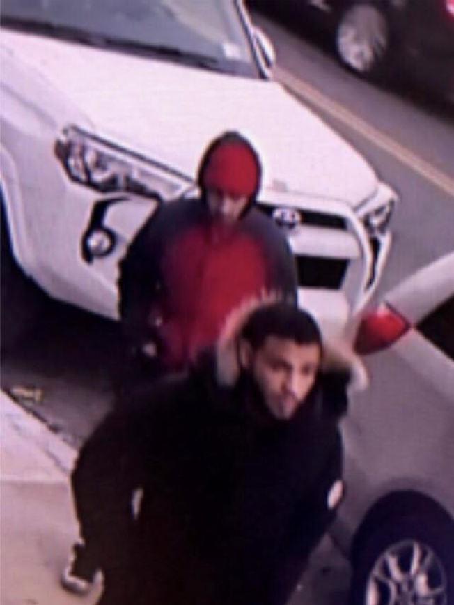 18日嫌犯二度搶劫時的監控照片。(警方提供)