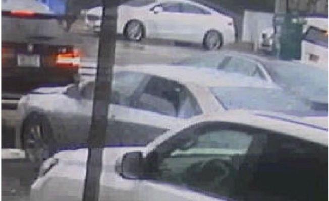 三名嫌犯首次犯案後,跳上一輛銀色的Sedan車子逃逸。(警方提供)