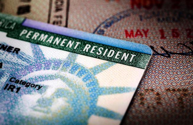 一名23歲的緬甸男子大學畢業後抽中「綠卡樂透」,本想著安頓後將家鄉的親人接來團聚,但因川普日前頒布旅行禁令,該國公民不能獲准移民簽證來美,一家人團聚的夢想將難實現。(Getty Images)