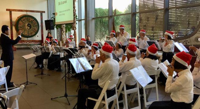 爾灣銀髮口琴樂團應邀在寶爾博物館演出。(爾灣銀髮口琴樂團提供)