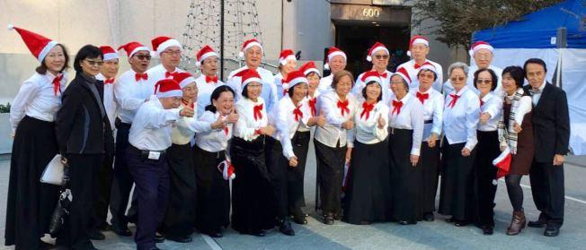 爾灣銀髮口琴樂團參加塞格斯仲表演中心的戶外佳節音樂會演出。(爾灣銀髮口琴樂團提供)