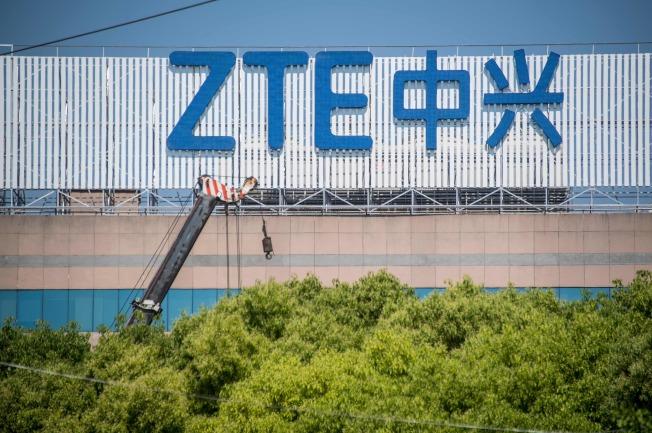 傳川普政府考慮禁止美國企業採用華為和中興產品,圖為上海一個中興電信的招牌。(Getty Images)