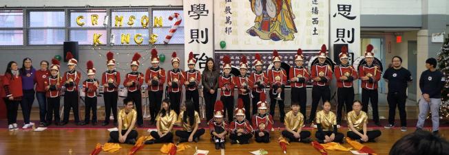 編制龐大的紐約華僑學校鼓樂隊,由校長王憲筠(後排中著深色服裝)帶領,表現出雄赳赳氣昂昂的不凡氣勢。
