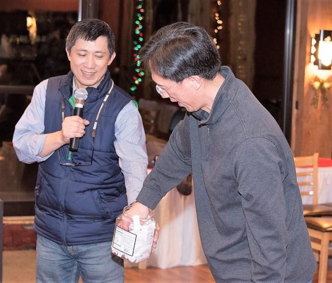 翁卓毅副校長主持抽獎台經文處徐處長抽出幸運處長獎得主。