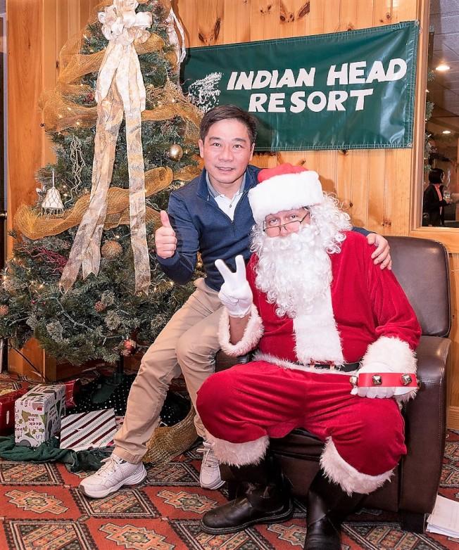 僑教中心主任歐宏偉與耶誕老人歡樂合影。(勒星頓中文學校提供)