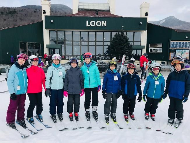 部分參加耶誕滑雪之旅的小朋友在新罕布夏州Noon Mountain滑雪場合影。(勒星頓中文學校提供)