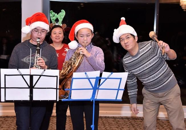 陳盈杰校長一家表演聖誕組曲。