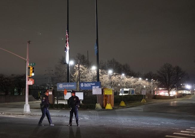紐約市皇后區一座變電所昨晚變壓器爆炸,產生的藍光照亮夜空,景象彷彿科幻片。(美聯社)