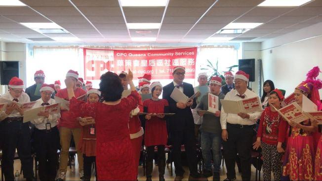 特殊家庭在華策會皇后區社區中心的耶誕節聯歡活動中表演節目。(記者牟蘭/攝影)