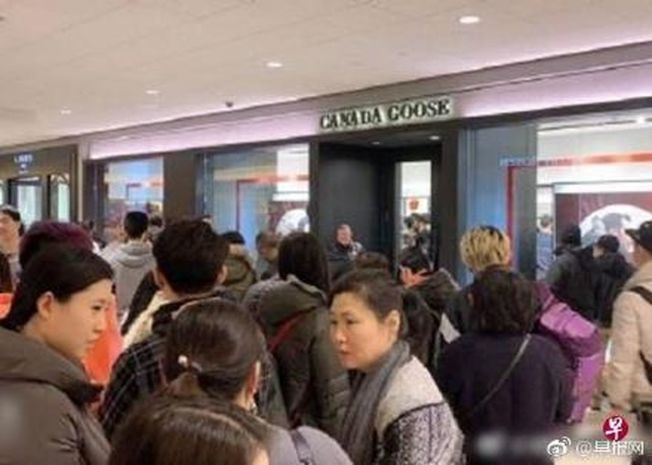 CANADA GOOSE北京三里屯旗艦店12月28日開幕,吸引大批人潮搶購。(取材自微博)