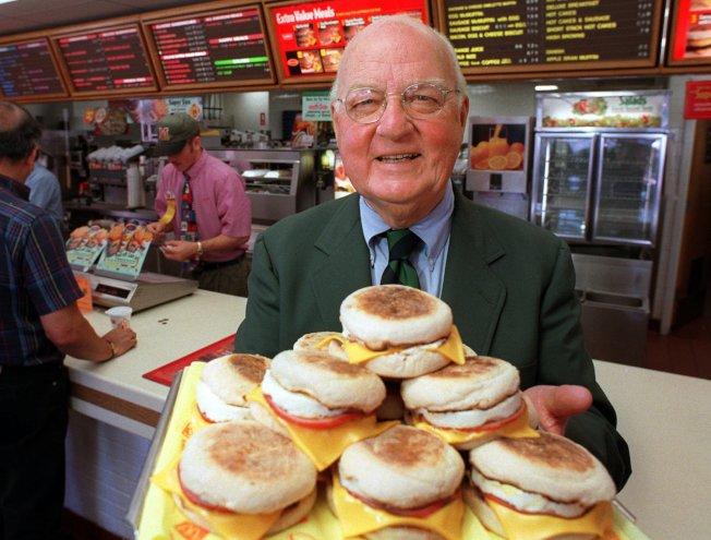 1997年,滿福堡發明人彼得森在麥當勞加州聖塔芭芭拉分店展示滿福堡。(美聯社)