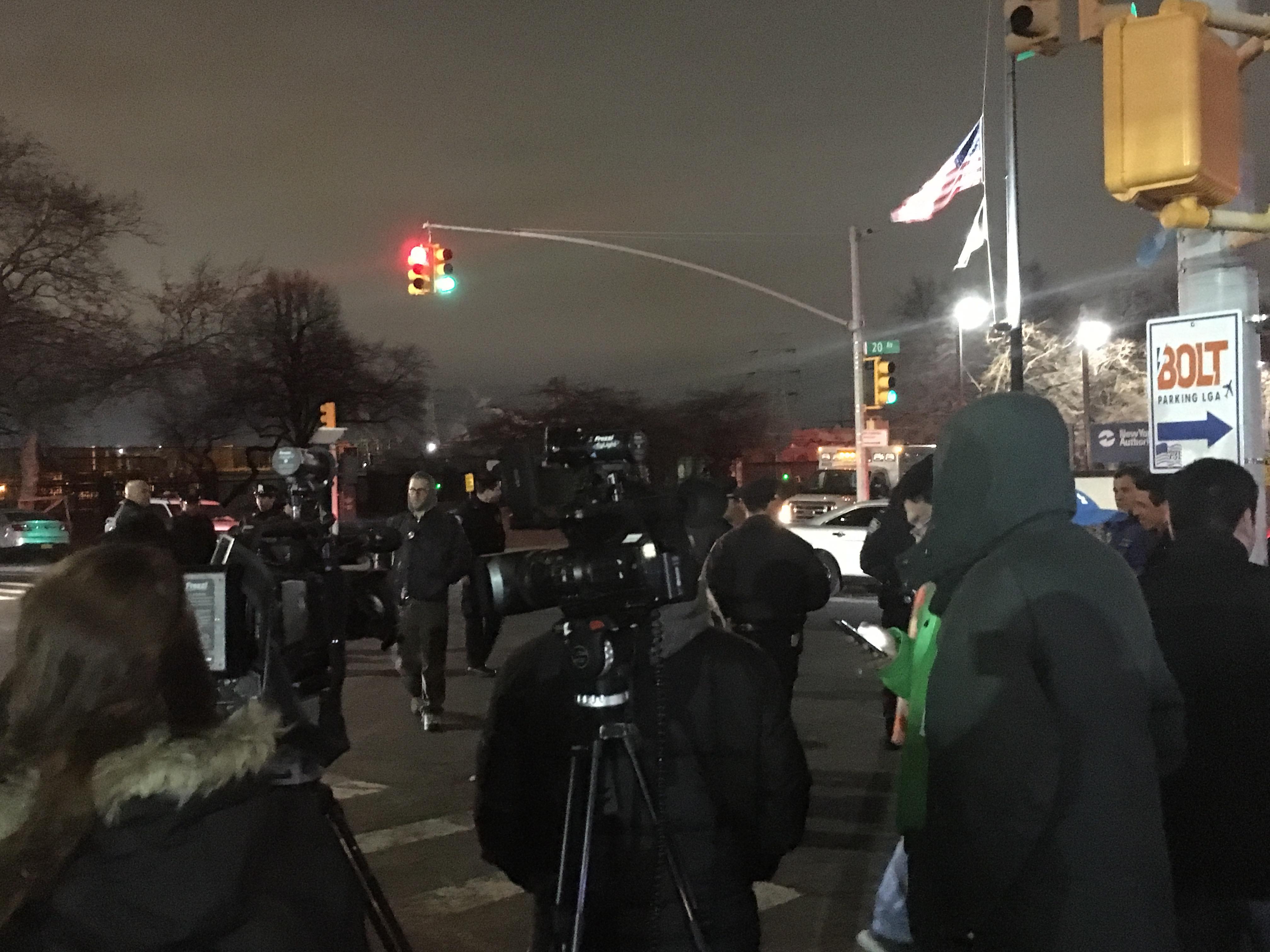 紐約皇后區阿斯托利亞20大道附近的變電站變壓器爆炸,紐約警方與電力公司人員在現場管制與處理。(記者唐典偉/攝影)