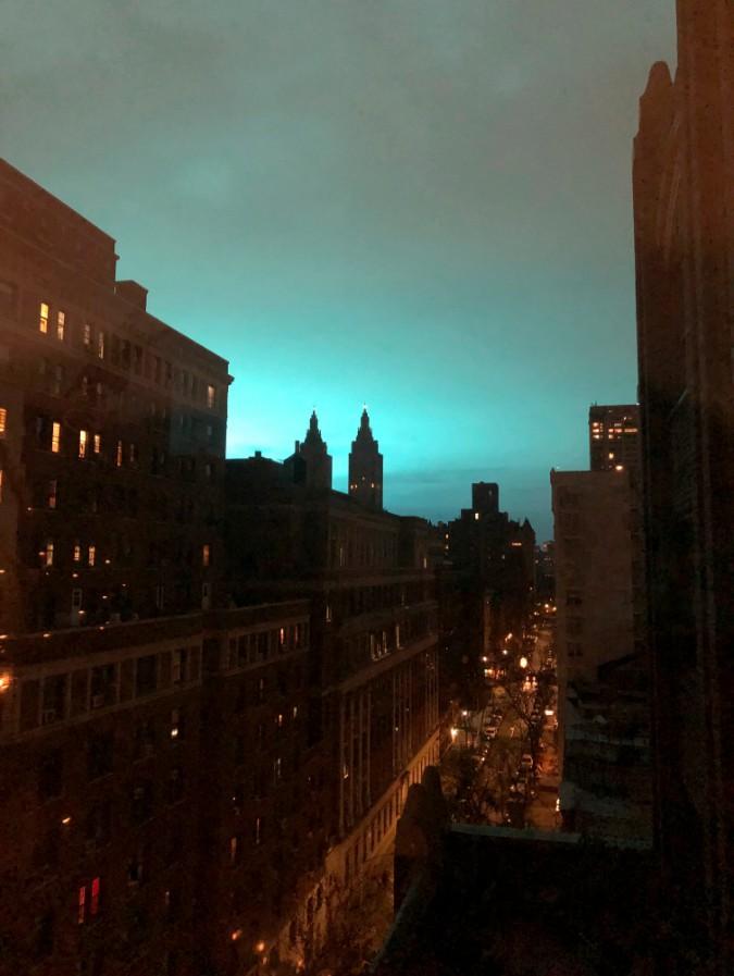 紐約27日晚大跳電,圖片顯示天空突然出現藍光。(美聯社)