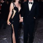 女星經典火辣別針禮服 時隔24年Versace紐約重現