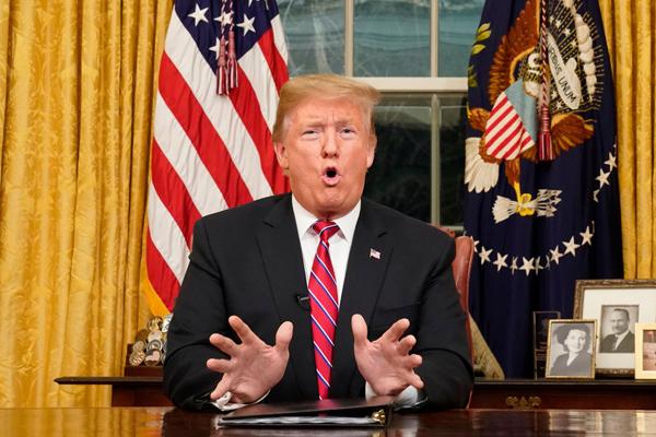 川普總統在白宮橢圓形辦公室對全國說明南部邊牆問題,要求國會撥款興建邊牆。(美聯社)