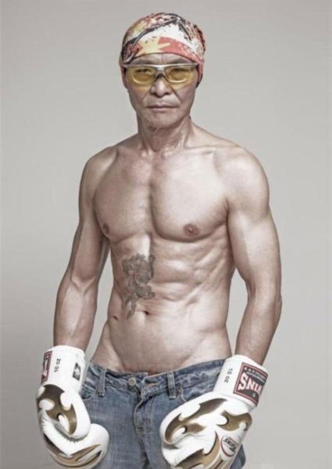人稱梁伯的梁鈺祥熱愛健身,曾秀過人魚線和腹肌。(取材自微博)