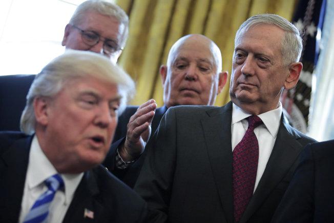 前國防部長馬提斯(右)去年12月中向川普總統請辭。(路透)