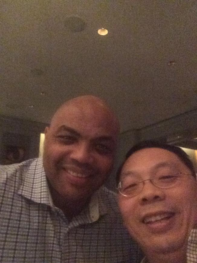 已故華裔科學家王琳(右)與NBA球星巴克利在酒吧中聊天,進而成為莫逆之交。(王雪麗提供)