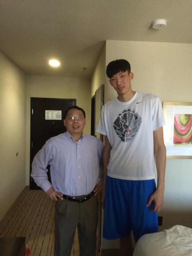 王琳(左)和中國來美闖蕩NBA的周琦合影。(王雪麗提供)