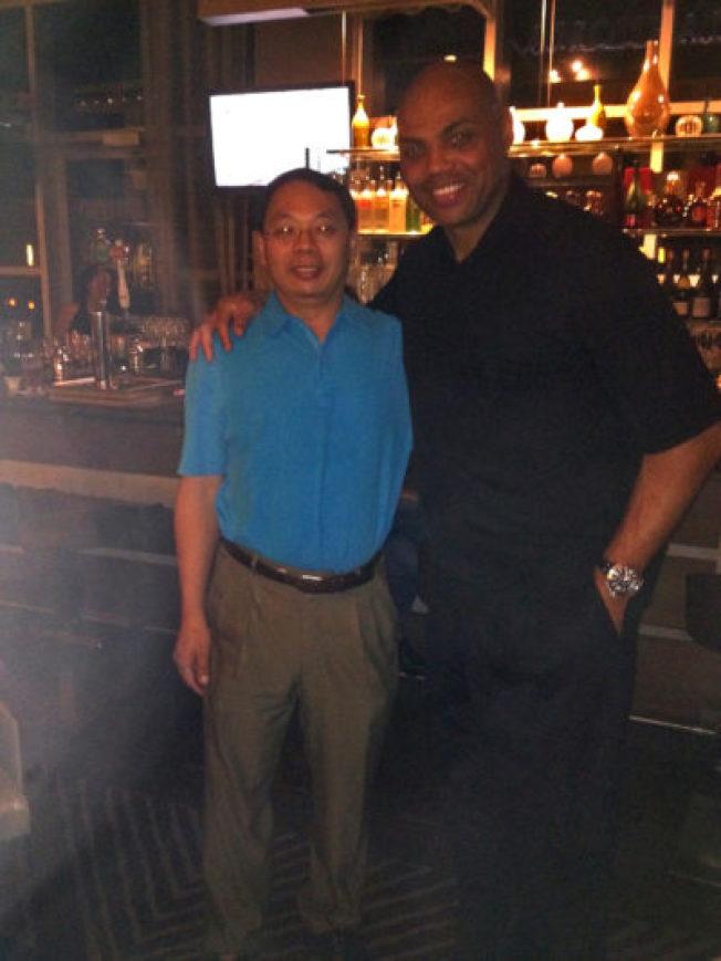 已故華裔科學家王琳(左)與NBA球星巴克利在酒吧中聊天,進而成為莫逆之交。(王雪麗提供)