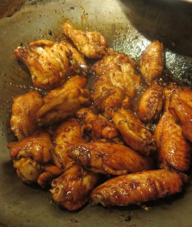 3.將烤好的雞翅和醬料拌炒均勻即可食用。