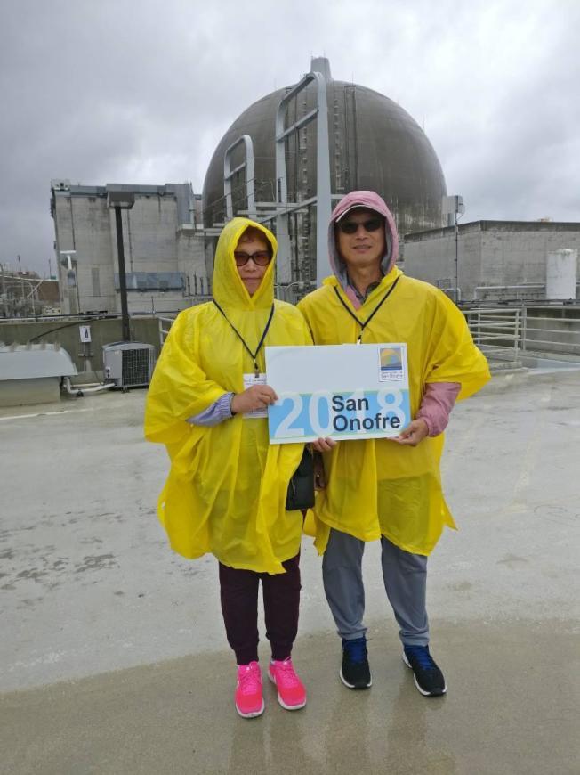 核電廠禁止拍照,工作人員幫我們留影。(作者提供)