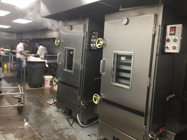 廚師正在製作德州扒雞。(圖:德州扒雞提供)
