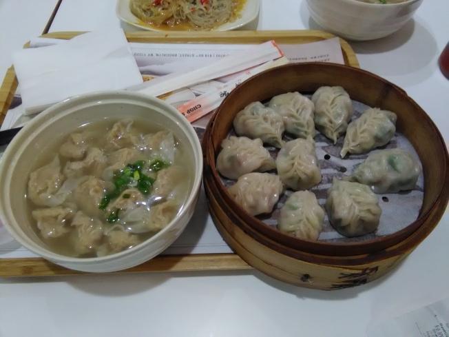 扁肉(左)和柳葉蒸餃(右)是沙縣小吃中的兩種主力菜品。(韓傑/攝影)