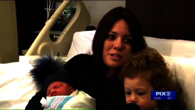 猶太裔母親Adinai Dervdik在1日零點鐘聲敲響七秒後,誕下第二個兒子。(PIX II視頻截圖)
