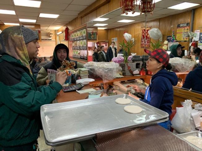 餐館業者李增雲(右)表示,計畫讓更多員工持股變身老闆,以規避最低工資的政策。(記者和釗宇/攝影)
