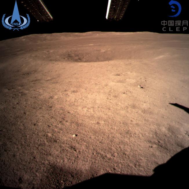 這是嫦娥四號探測器傳回世界首張近距離拍攝的月球背面圖像。(新華社)
