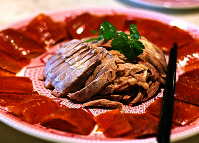 華園的招牌菜北京烤鴨。(取自華園官網)