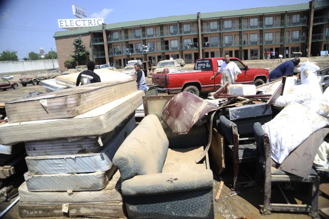 雨歇之後,當地居民開始清理家園,把大批漬水家用物品丟棄。(Getty Images)