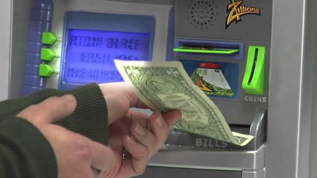 理財專家巴赫指出,把帳戶改成自動化是絕對不會失敗的理財步驟,因為省去「該花錢還是該存錢」的煩惱。(取自YouTube)
