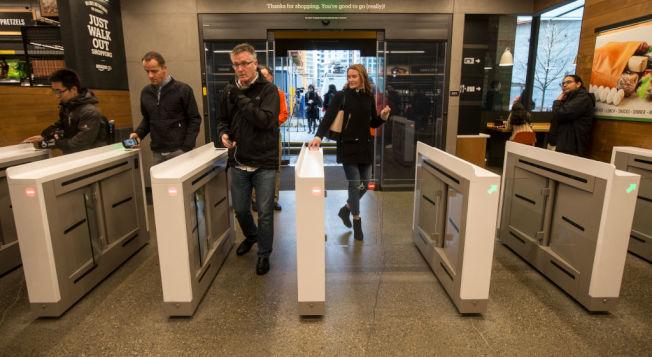 消費者進入沒有櫃台店員的Amazon Go。(Getty Images)