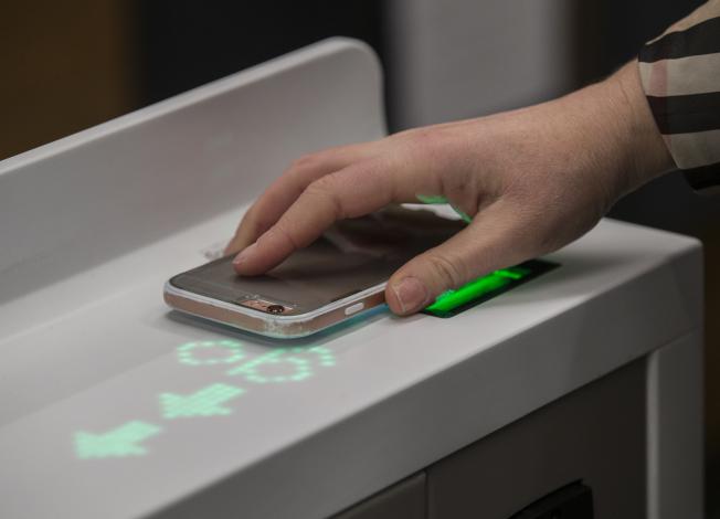 進入Amazon Go無人商店前要刷手機。(Getty Images)