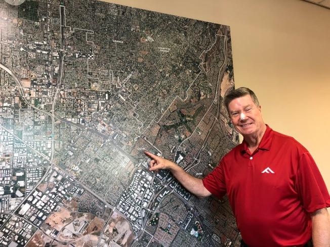 托斯汀市市政經理帕克(Jeff Parker)開心地介紹建市91年的托市新面貌。(記者胡清揚/攝影)