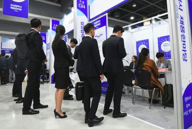 調查顯示,招聘經理較喜歡求職者藍色和黑色的衣著,代表求職者有合作精神和有領導能力。圖為等待面試的應徵者。(Getty Images)