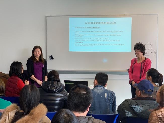 現場華裔家長除詢問兒福局託管兒童的流程外,也向專員詢問親子教育技巧。(記者賴蕙榆/攝影)