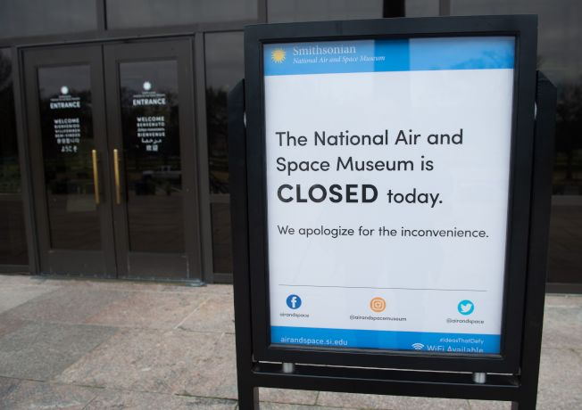 由於聯邦政府部分關閉,華府航空航天博物館貼出關閉通知。(路透)