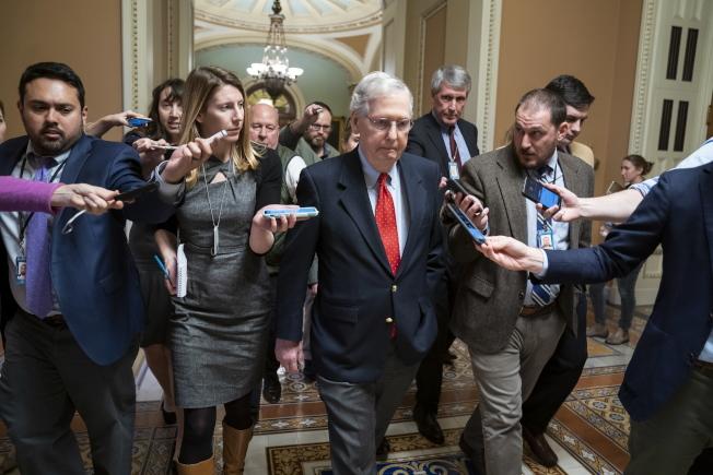 川普總統召集兩黨國會領袖會商解決預算僵局,但雙方各說各說,圖為共和黨籍國會參院多數黨領袖麥康諾會後不發一言。(歐新社)