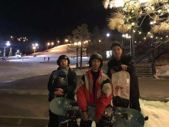 格蘭杜拉Oliver王等華裔滑雪發燒友在雪峰雪場挑戰夜場,樂不思返。(家長提供)