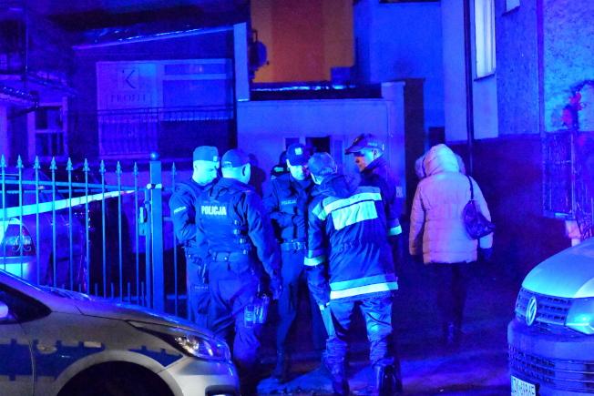 波蘭北部柯斯沙林市一間密室逃脫體驗的房間4日起火,造成5名女性死亡和一名男性重傷。警方、封鎖消防隊在現場調查。(歐新社)